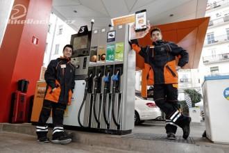 Marquez a Pedrosa pracovali na benzínce