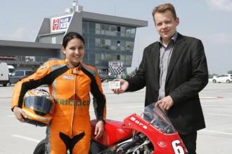 Mladá motorkárka si užíva klubovú kartu
