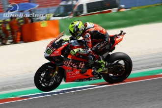 Oba jezdci Ducati spadli ve čtvrté zatáčce