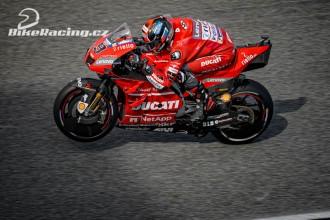 Jezdci Ducati v druhé a třetí řadě